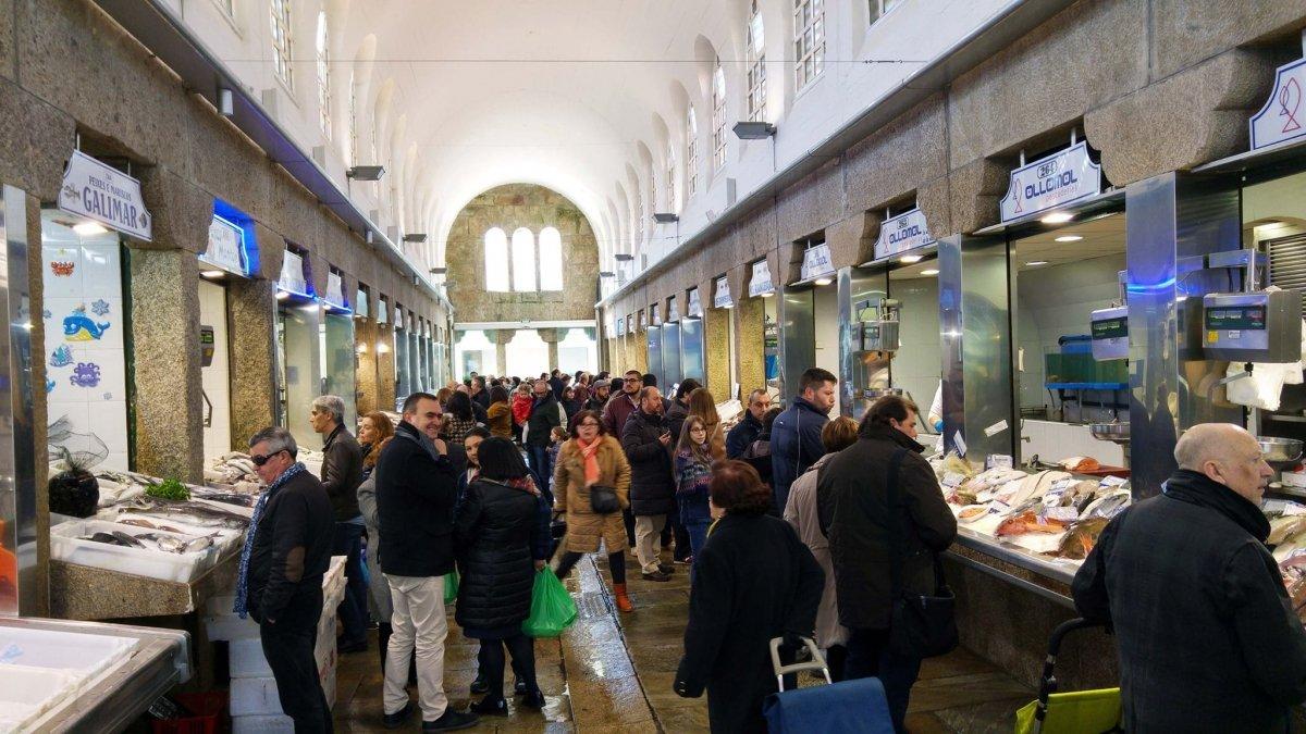 Un concurrido pasillo del Mercado de Abastos de Santiago de Compostela