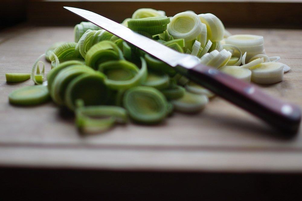 Un cuchillo sobre un vegetal recién cortado