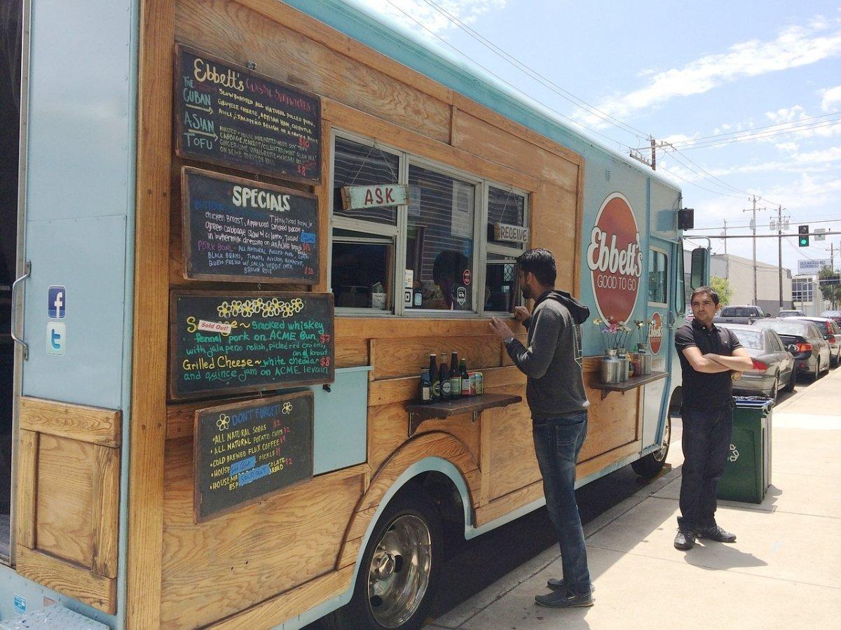 Un food truck en una calle de EE. UU.