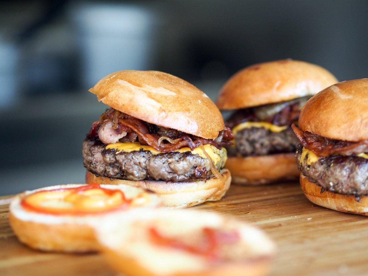 Un foto foodporn de unas apetitosas hamburguesas