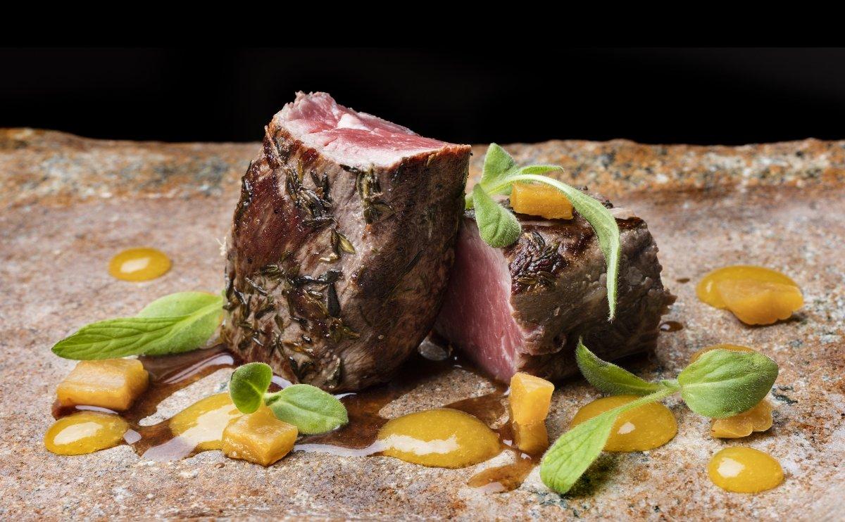 Un plato de carne del restaurante Auga
