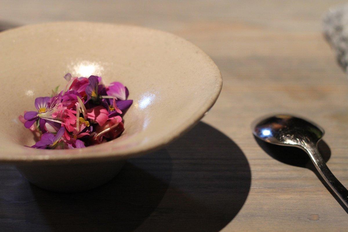 Un plato de flores en el restaurante sueco Fäviken