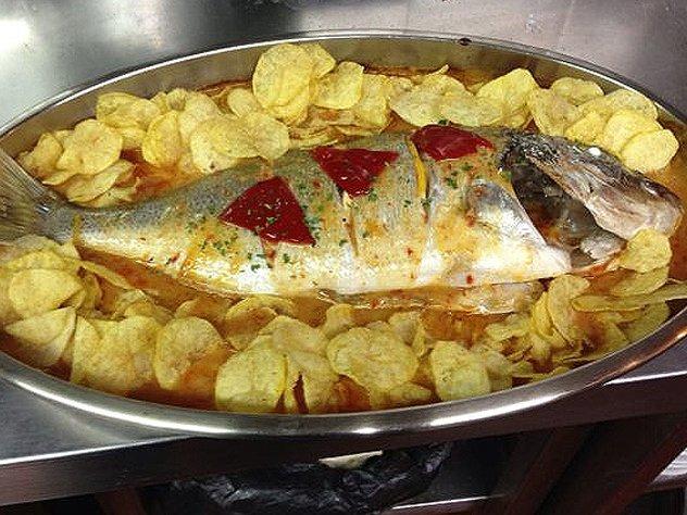 Un plato de pescado al horno de El Rompeolas