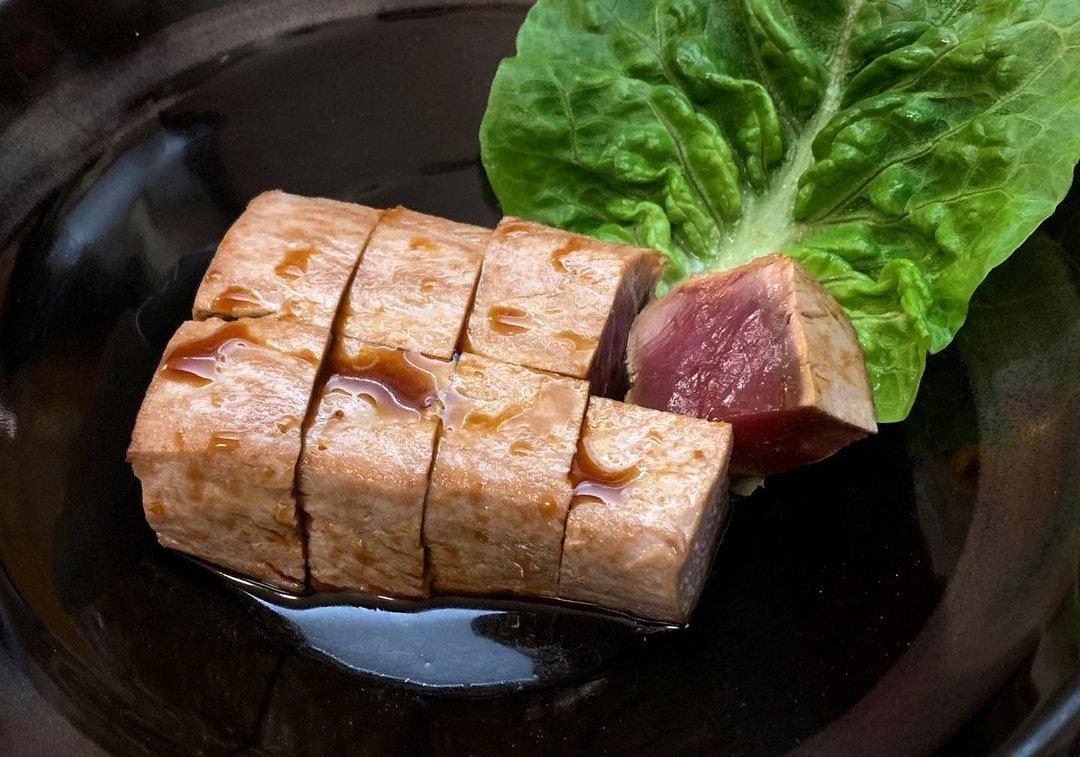 Un plato de pescado de Masa Naomi