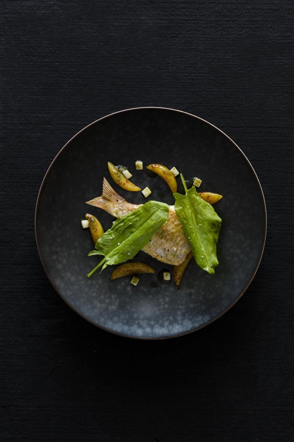 Un plato de pescado del restaurante Amber
