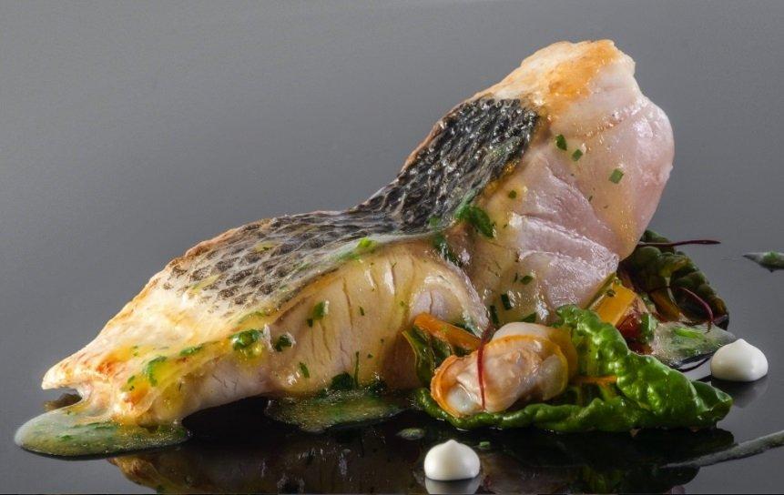 Un plato de pescado en el restaurante Boroa