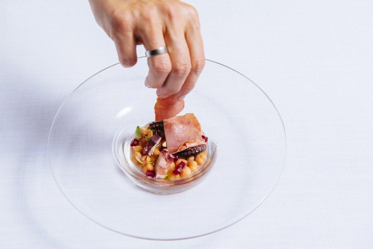 Un plato del Cocinandos siendo terminado