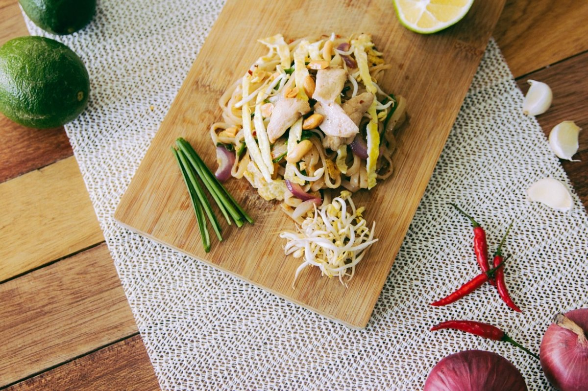 Un plato vegetal acompañado de brotes de soja