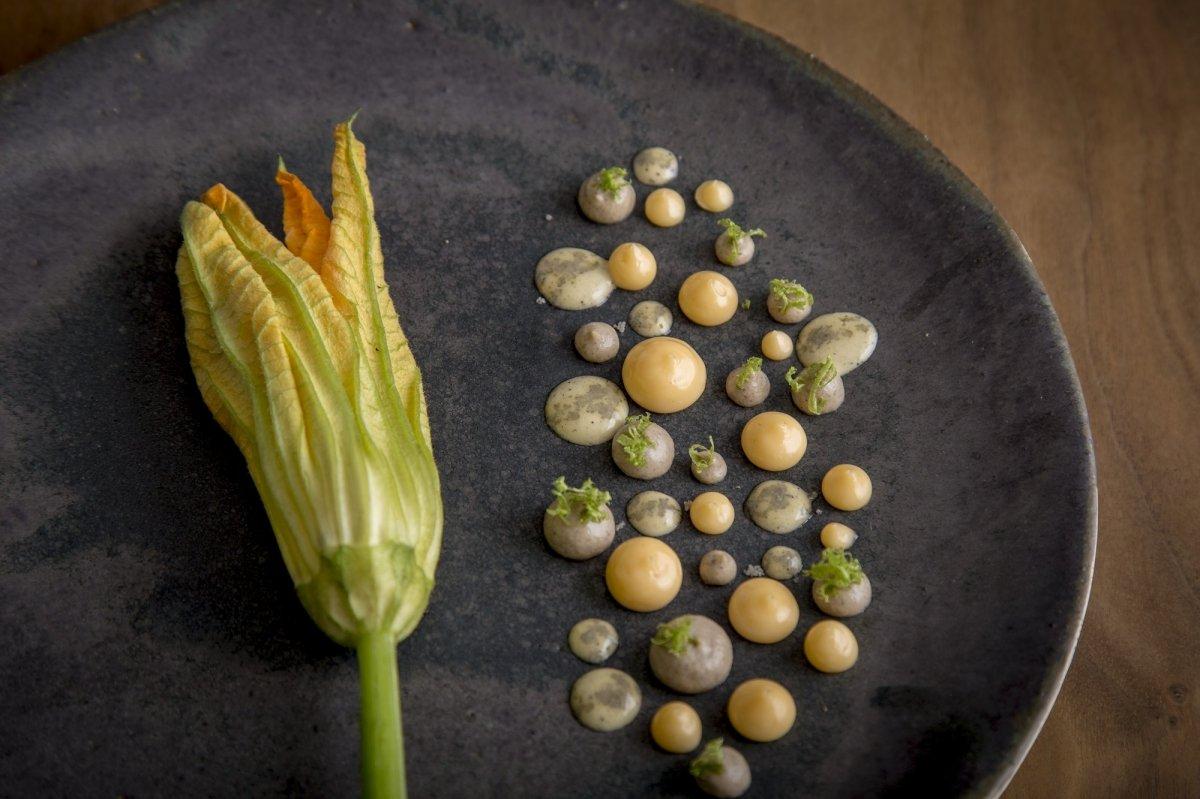 Un plato vegetal del restaurante Quintonil