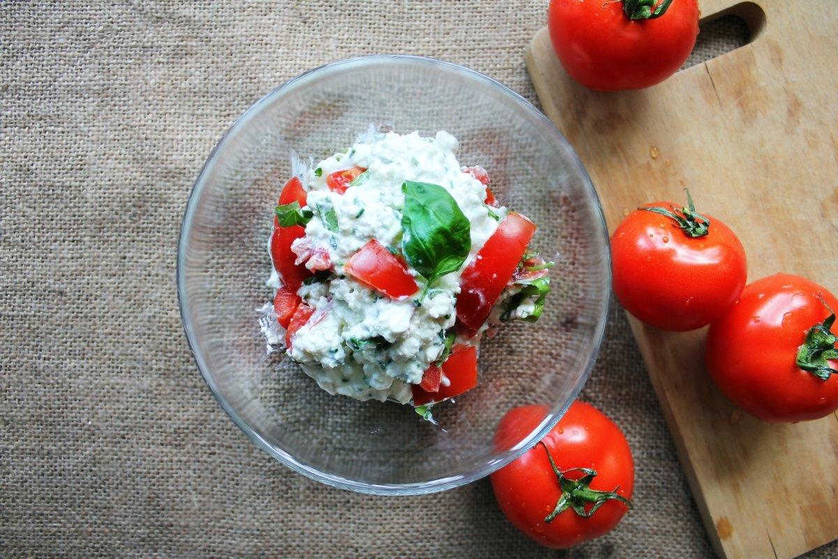 Un queso cremoso para untar con tomate y albahaca