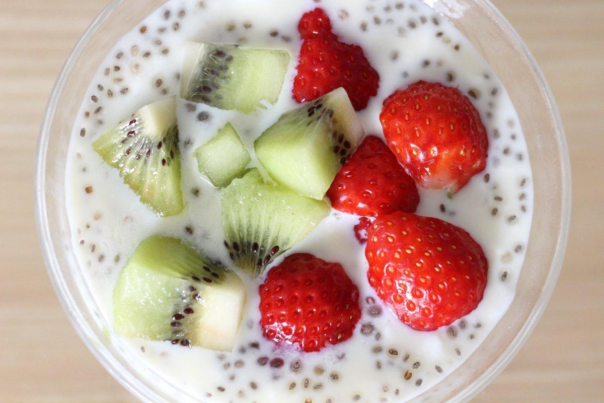 Un saludable desayuno con kéfir, fruta y chía