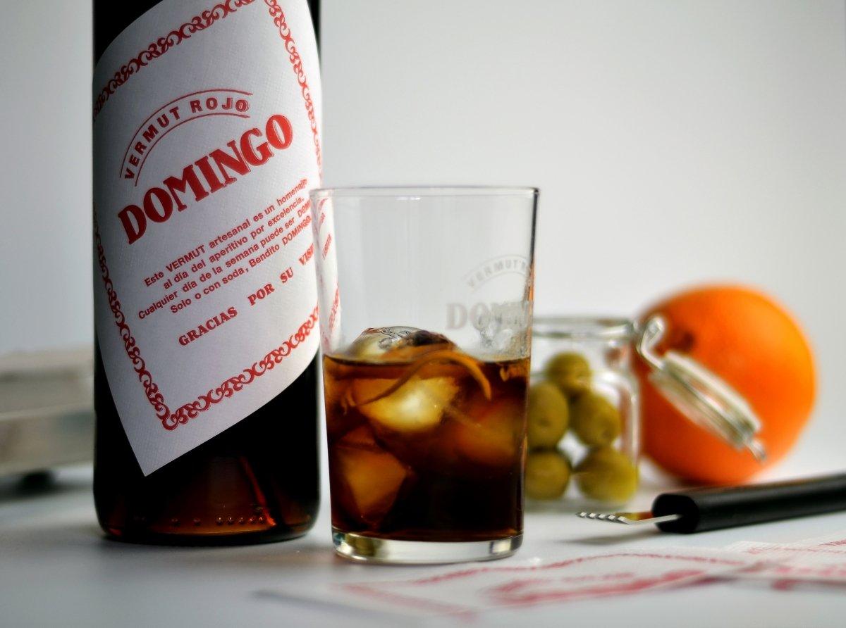 Un vaso y una botella de vermut Domingo rojo