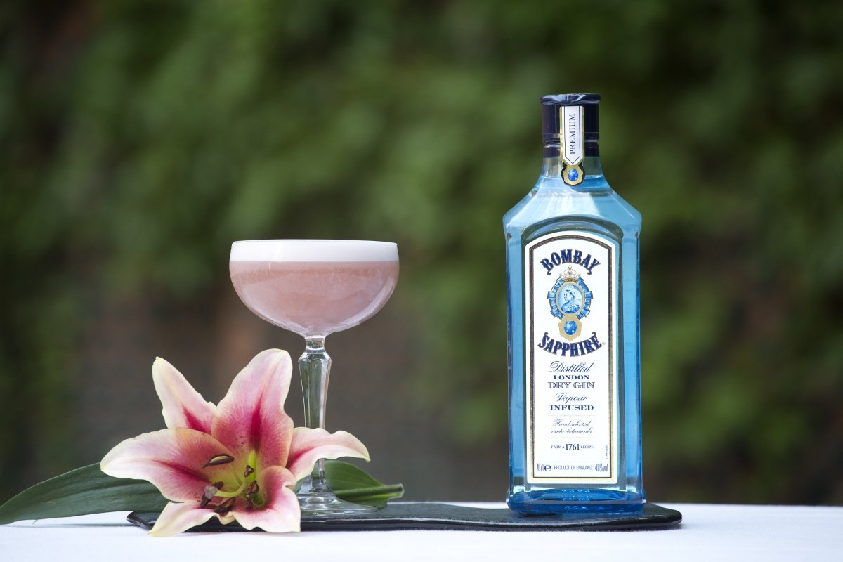 Una botella de Bombay Sapphire junto a un cóctel