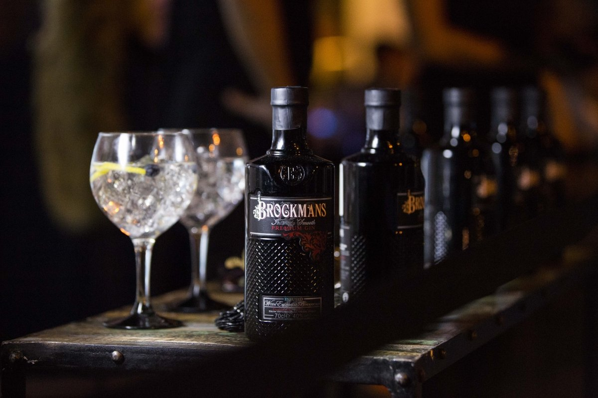 Una botella de Brockmans y gin-tonics preparados con la ginebra