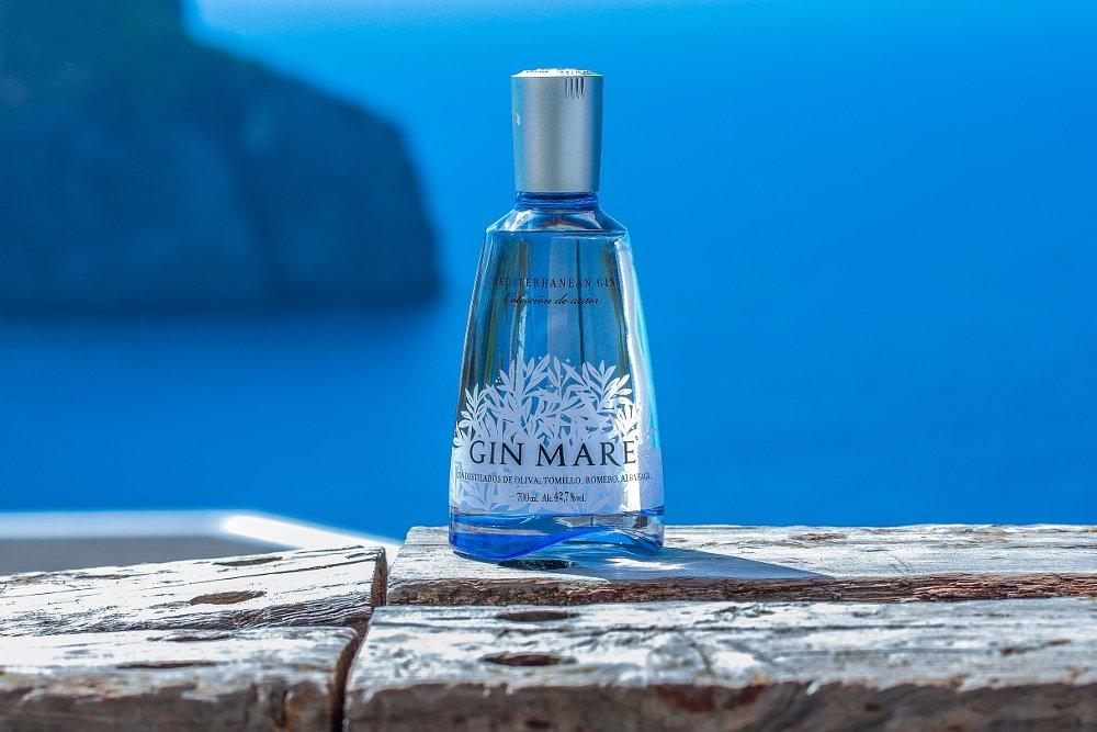 Una botella de Gin Mare frente al mar Mediterráneo.