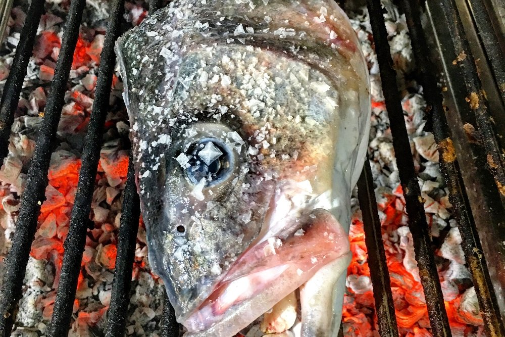 Una cabeza de pescado a la parrilla de Güeyu Mar