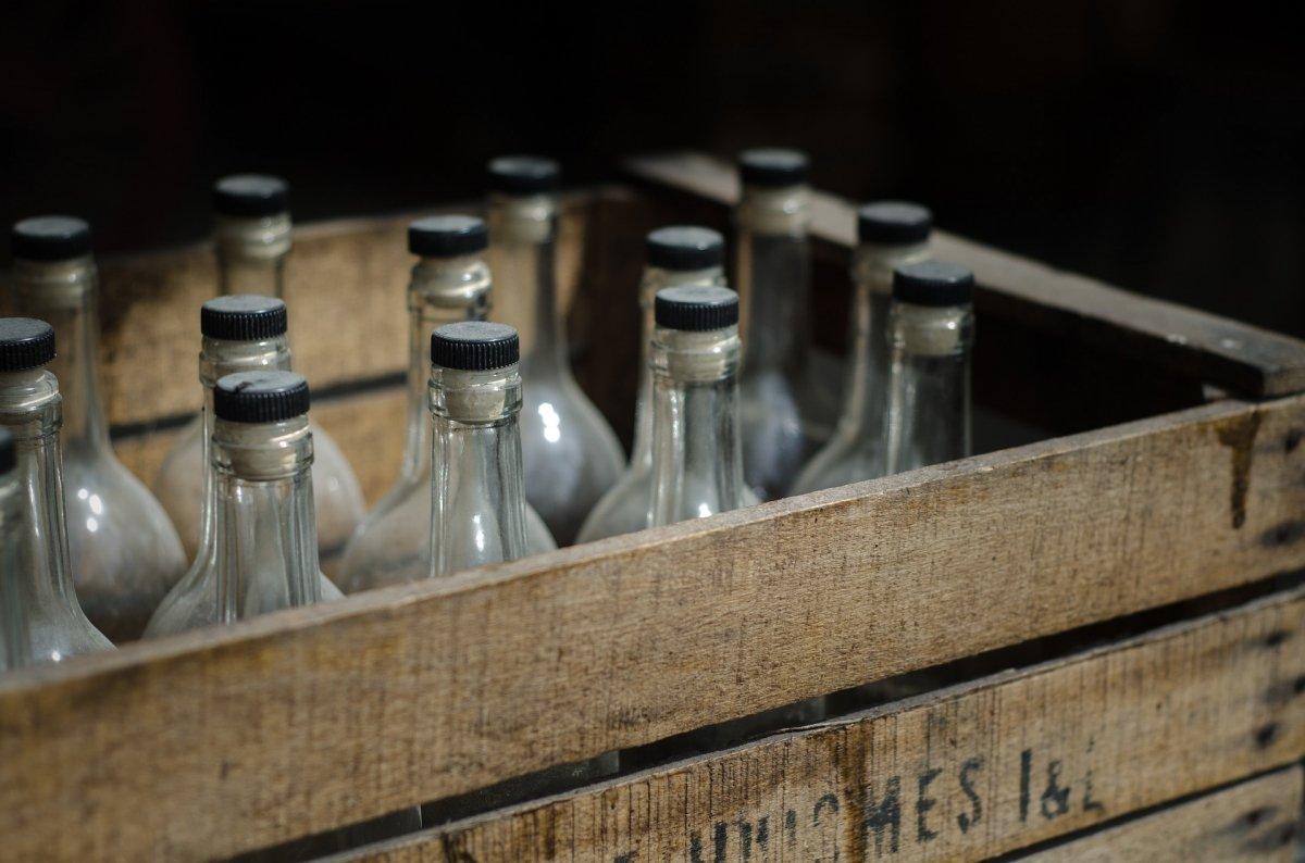 Una caja con botellas de bebidas alcohólicas