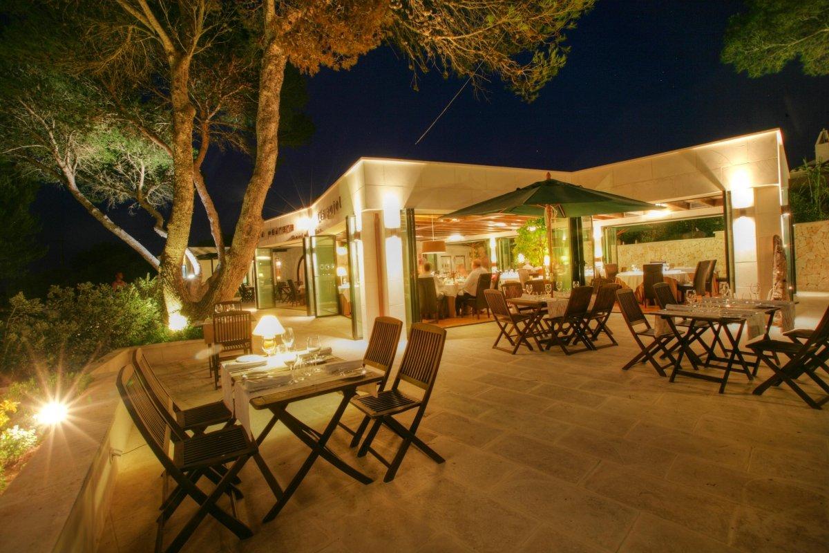 Una de las terrazas del restaurante Sa Pedrera d'es Pujol