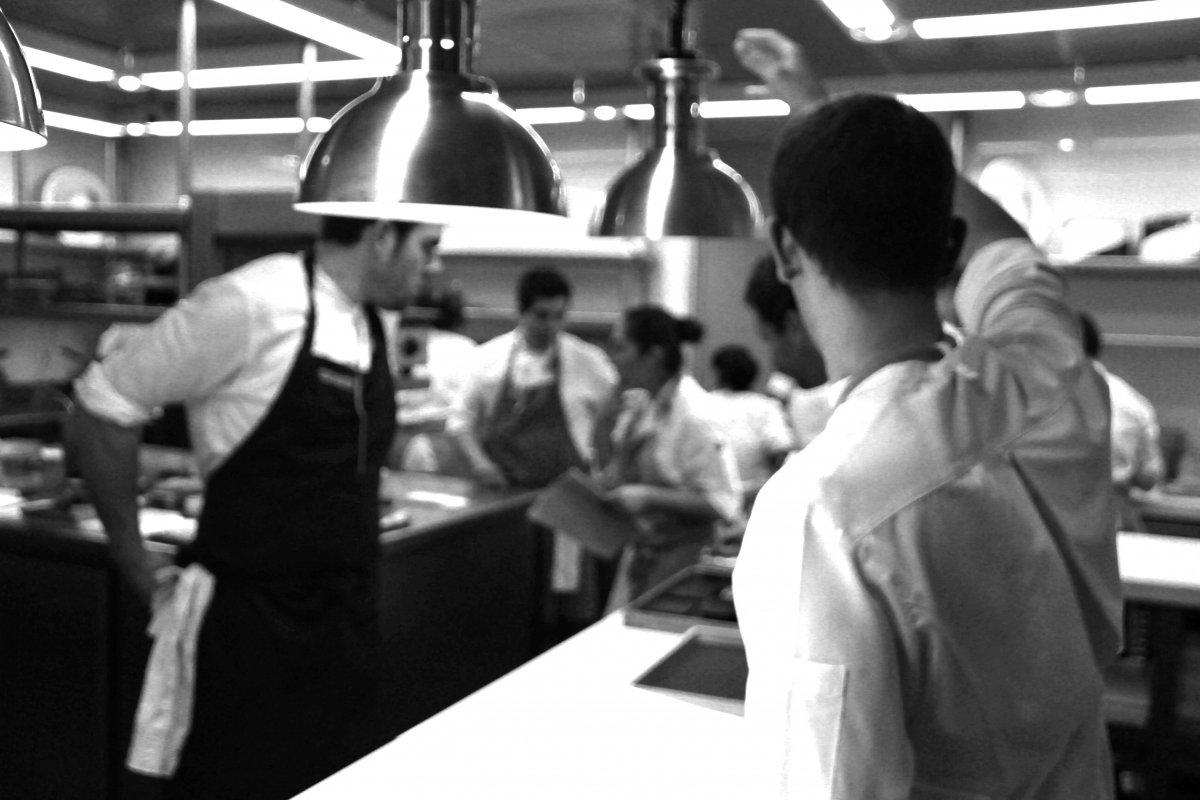 Una de las tres cocinas del restaurante Astrid y Gastón