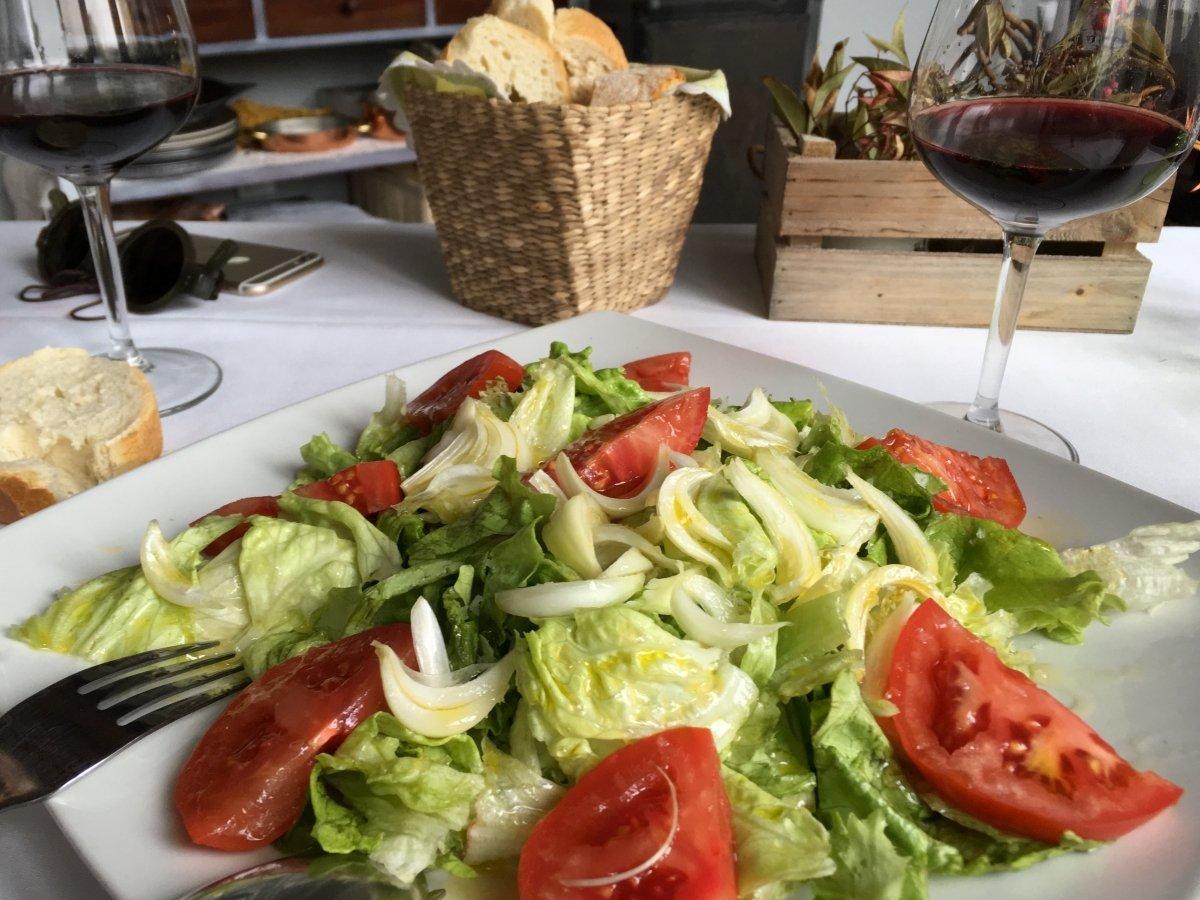 Una ensalada con verduras de la huerta de El Llar de Viri