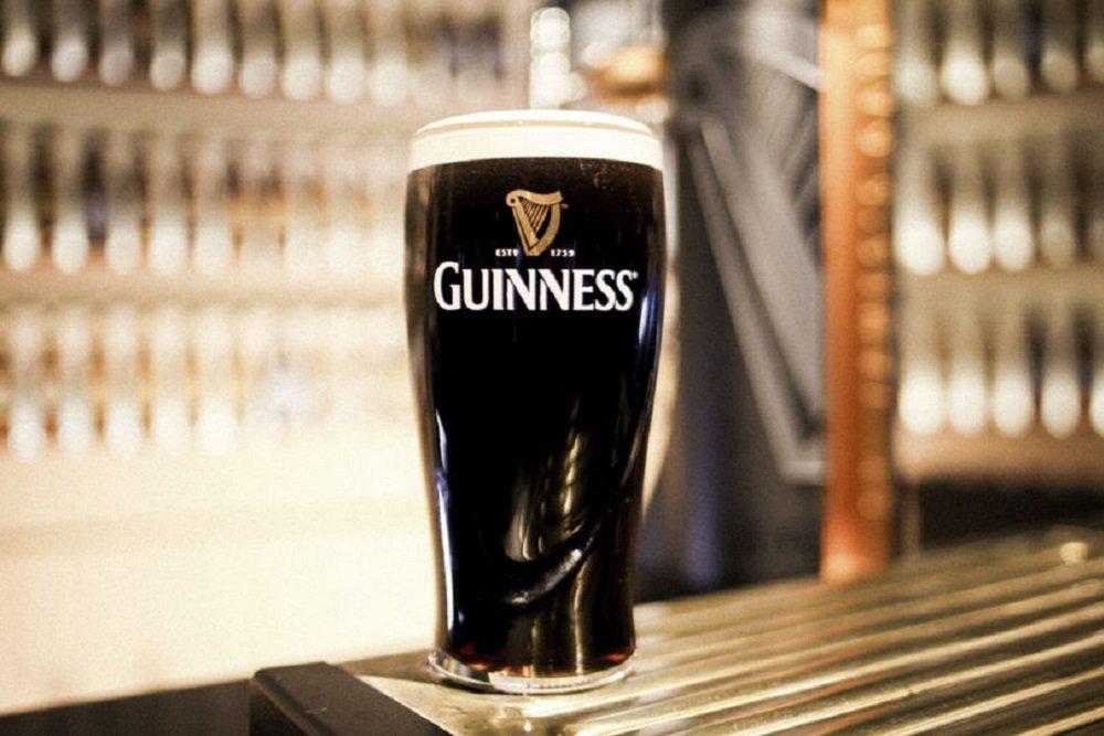 Una pinta de cerveza Guinness reposando