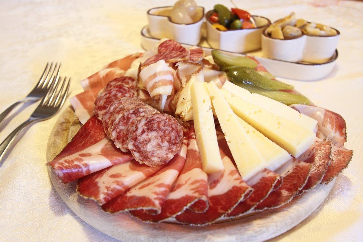 Una tabla de fiambres italianos con speck