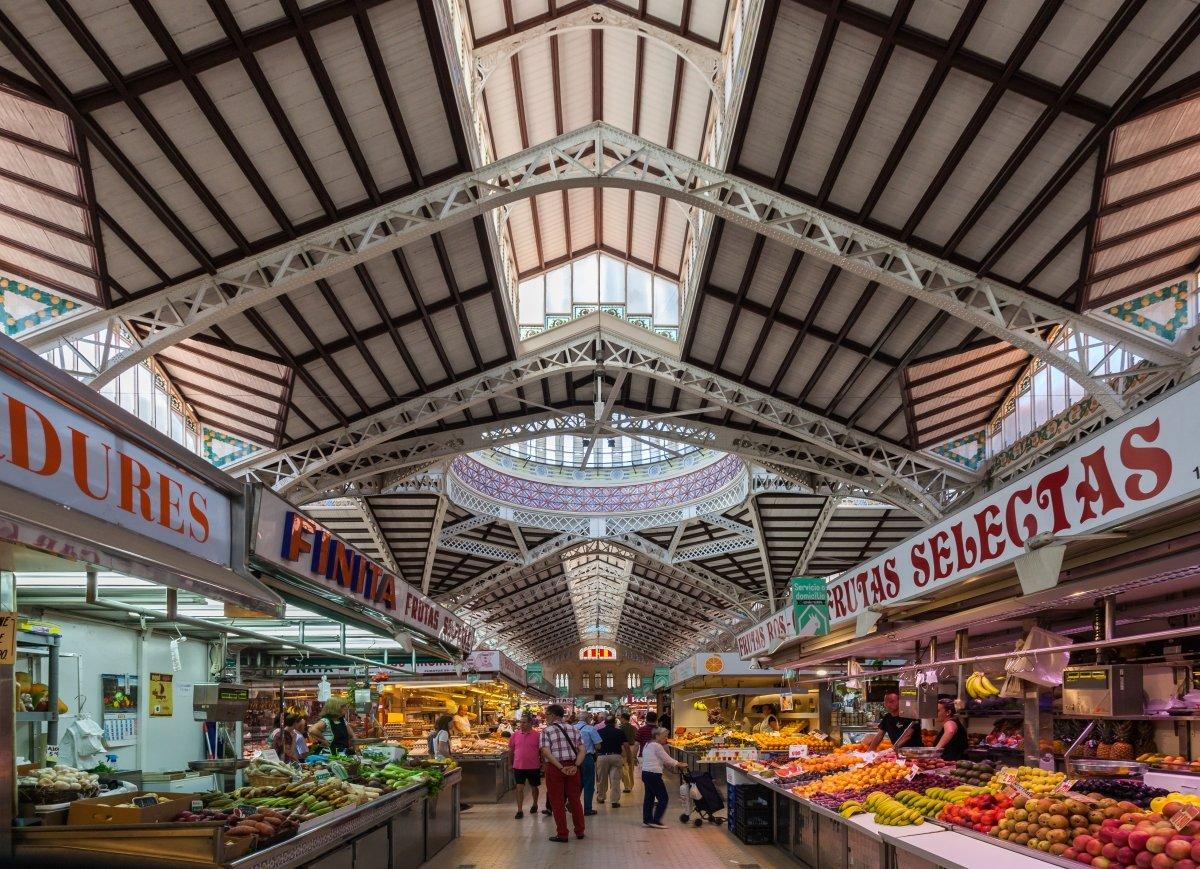 Uno de los pasillos del Mercado Central de Valencia