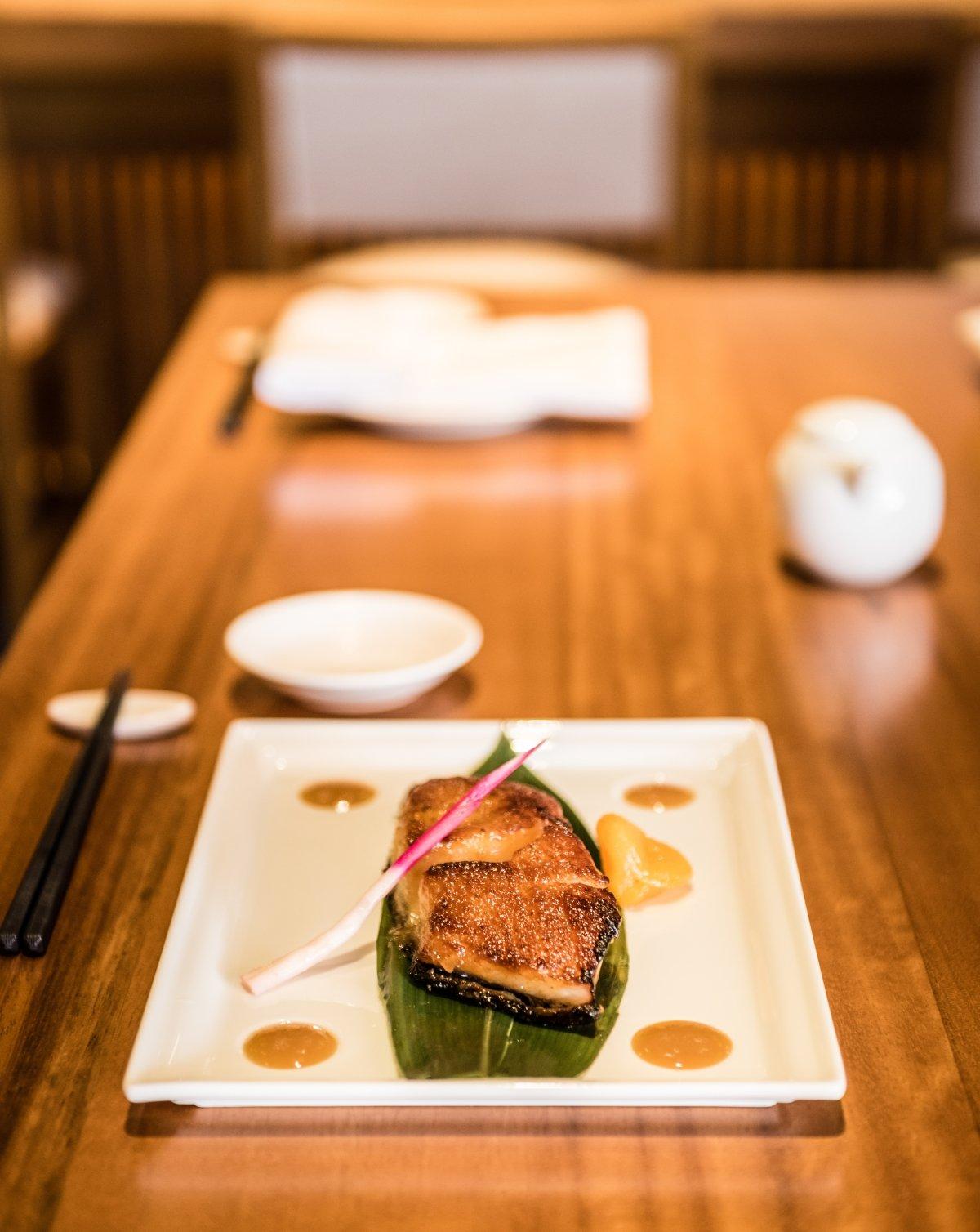 Uno de los platos del restaurante Nobu servido en una mesa