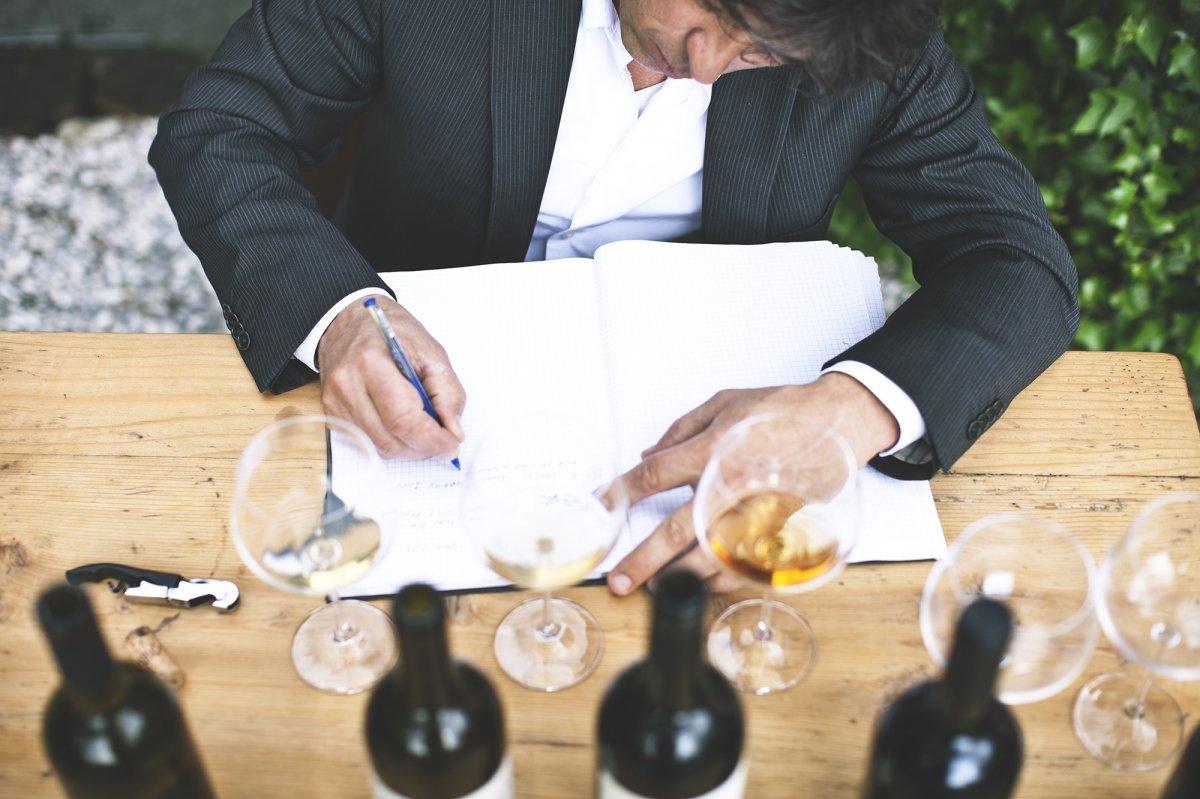 Valter Kramar con vino de la bodega del restaurante Hisa Franko