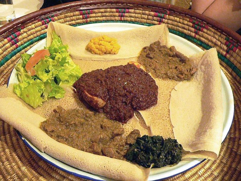Varios tipos de wat e injera, comida etíope