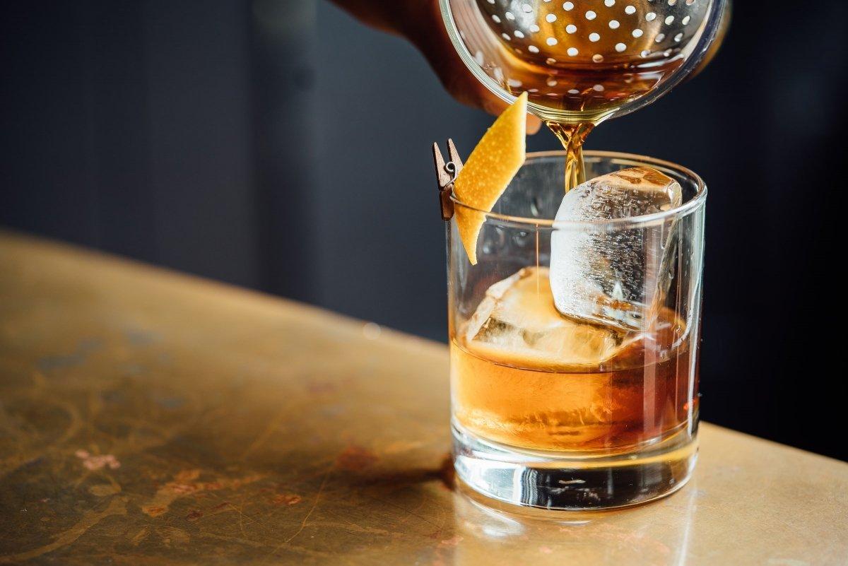 Vaso de whisky con hielo