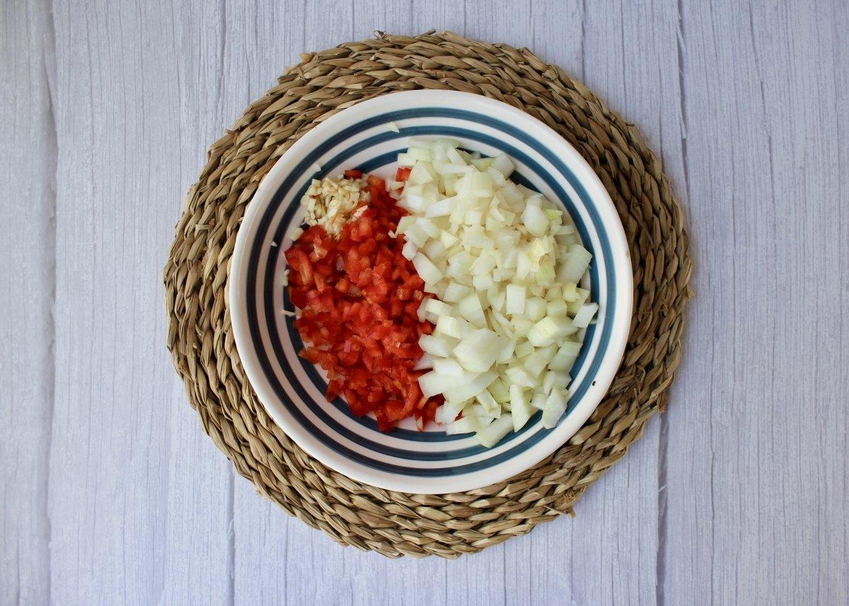 Vegetales troceados para hacer un sofrito para el arroz con pollo