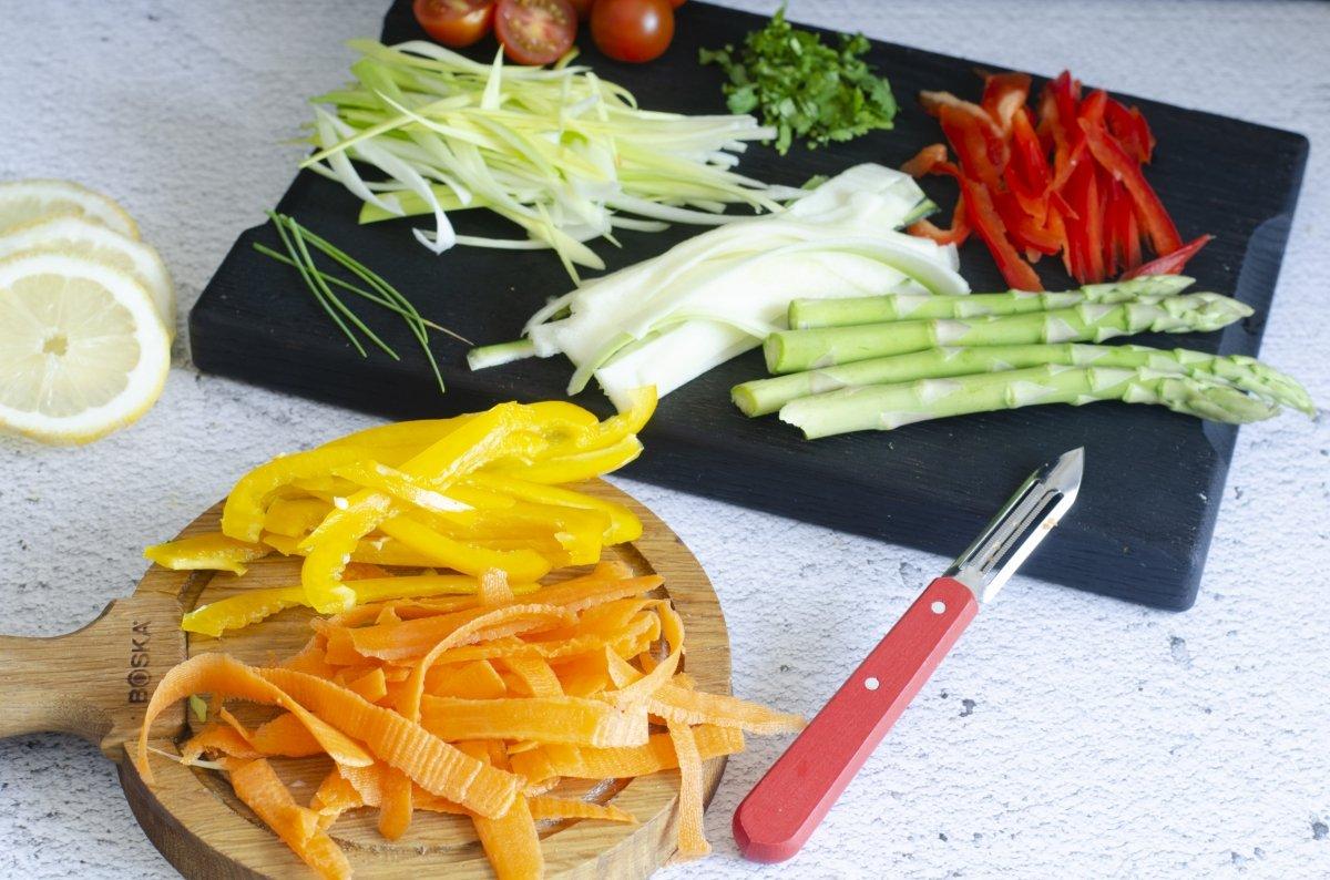 Verduras listas para hacer la merluza en papillote