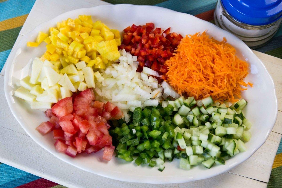 Verduras y frutas cortadas y listas para mezclar.