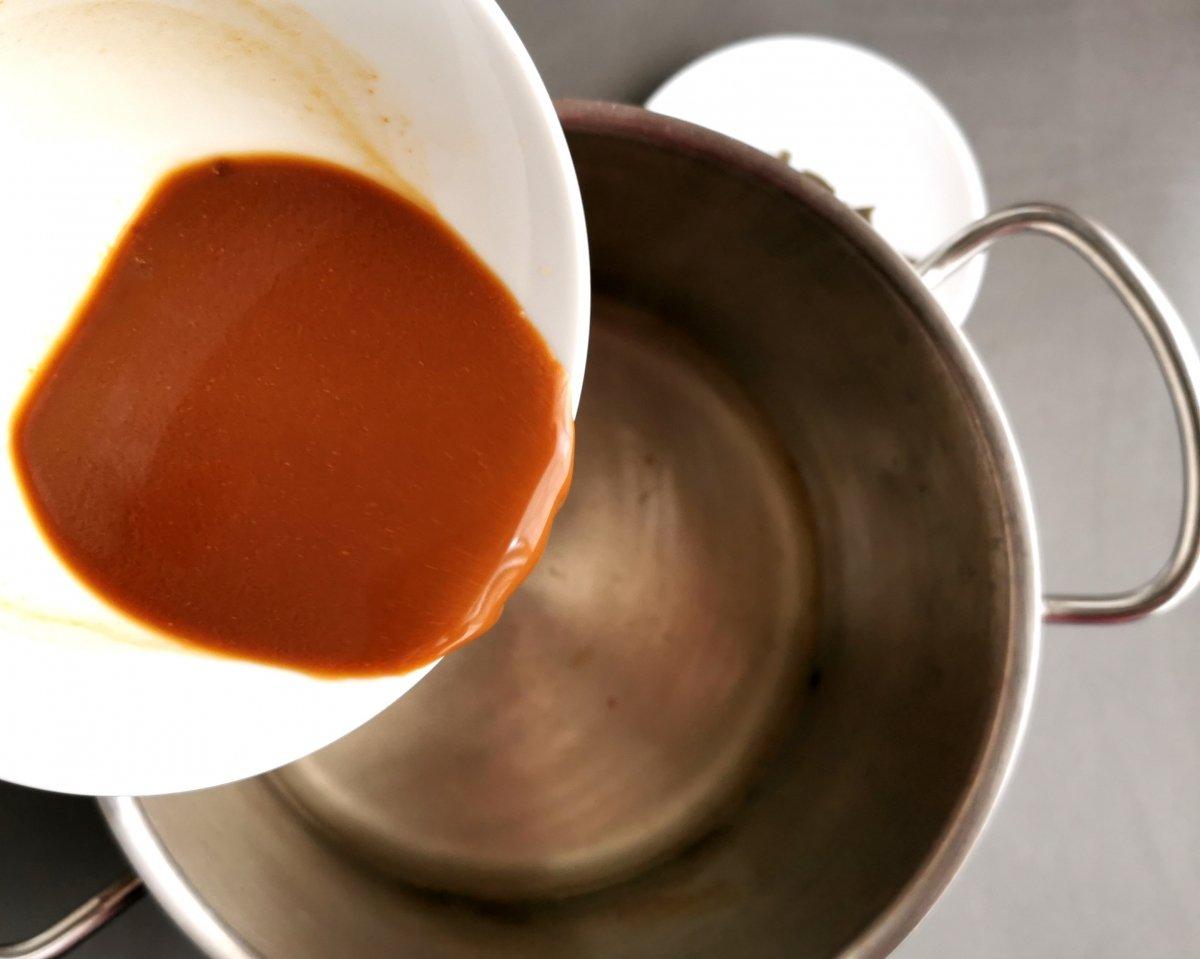 Verter el miso disuelto a la olla con el caldo dashi.