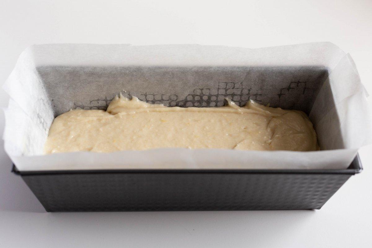 Verter la mezcla del bizcocho en el molde