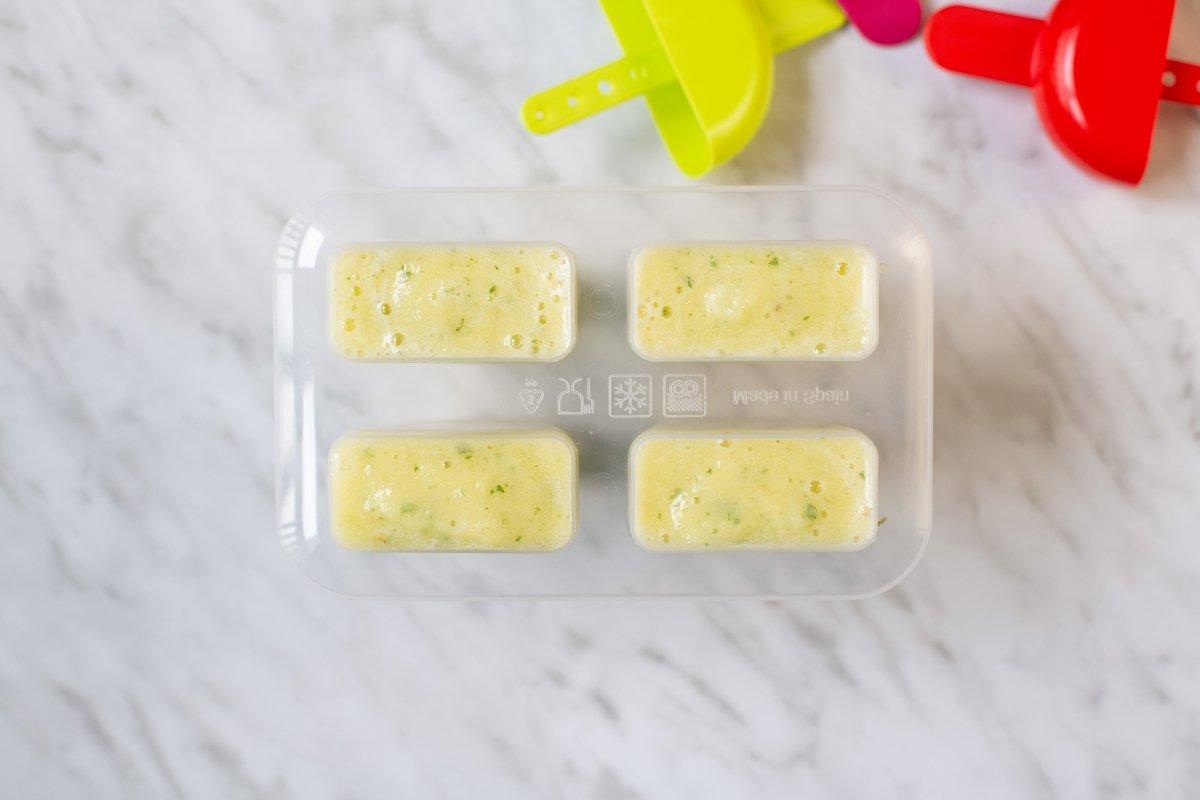 Verter la mezcla en los moldes y congelar