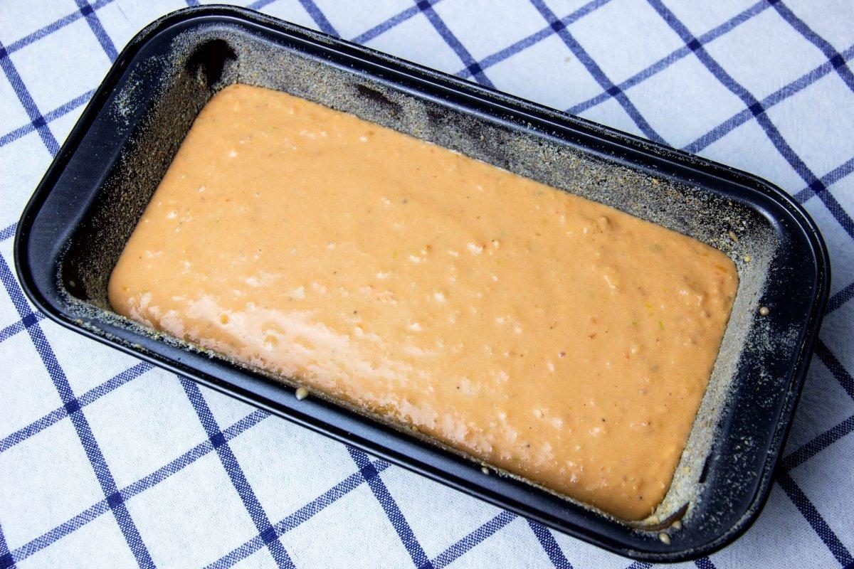 Verter la mezcla en un molde para hacer el pastel de salmón