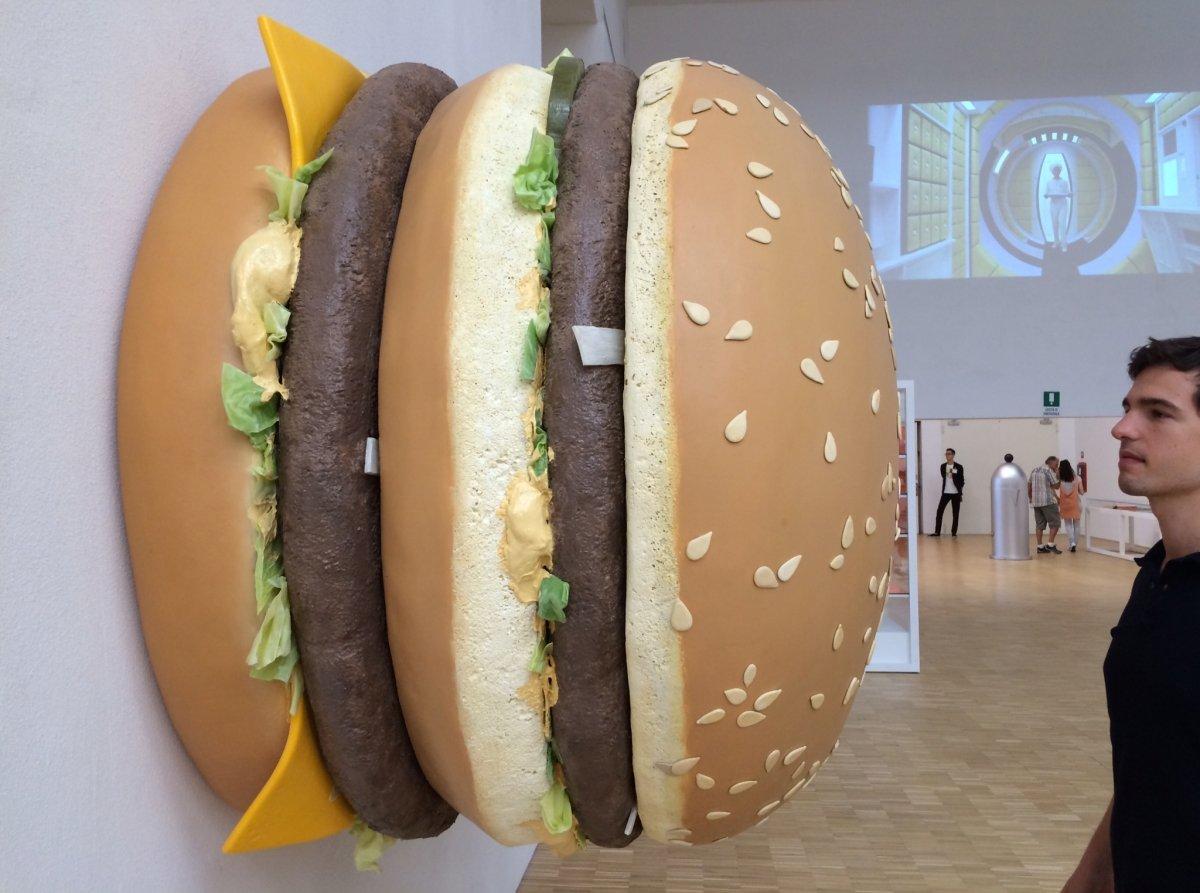 Vicent Molins junto a una gran hamburguesa
