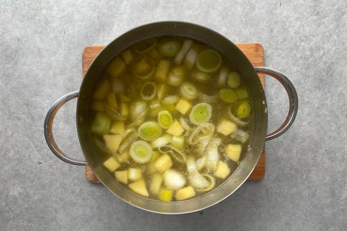 Vichysoisse de manzana, pera y apio sofrito con caldo