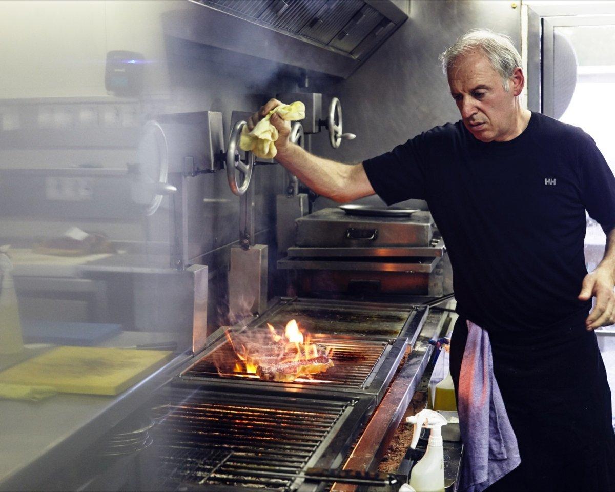 Víctor Arguinzoniz, chef de Etxebarri, trabajando con las brasas