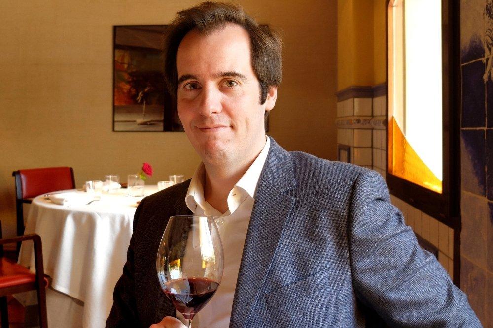 Víctor Franco bebiendo un vino en l'Escaleta