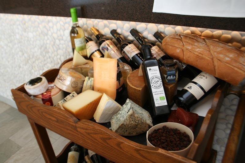 Vinos, quesos y pan en el restaurante Los Marinos José