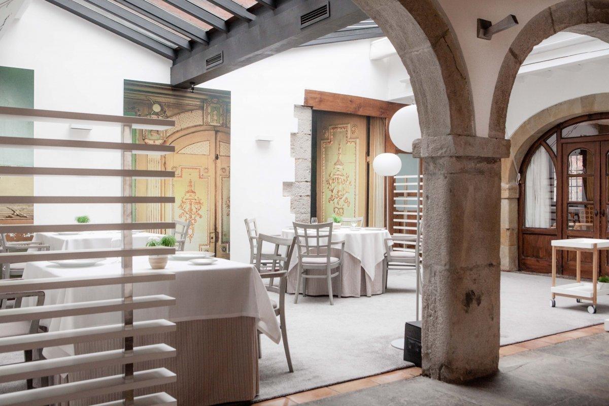 Visión parcial del comedor principal del restaurante el Cenador de Amós