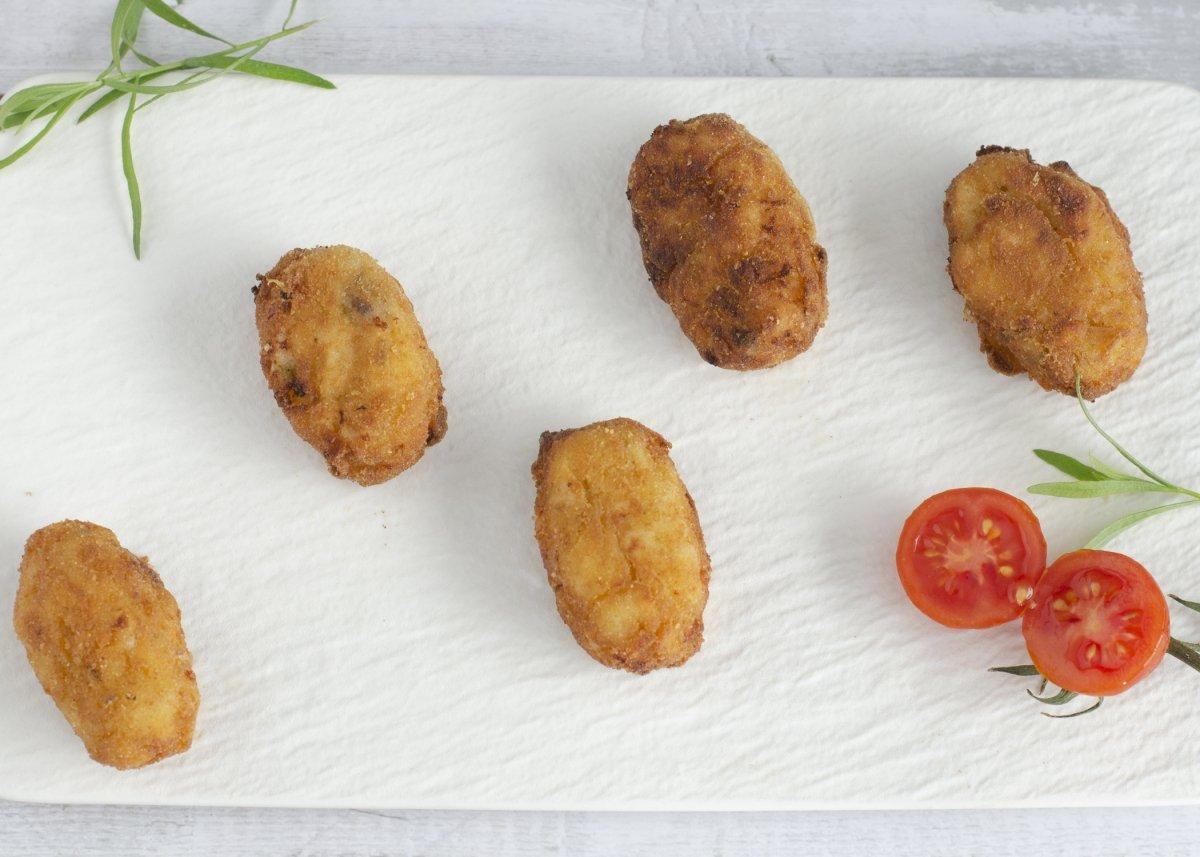vista cenital croquetas de pollo, jamón y queso