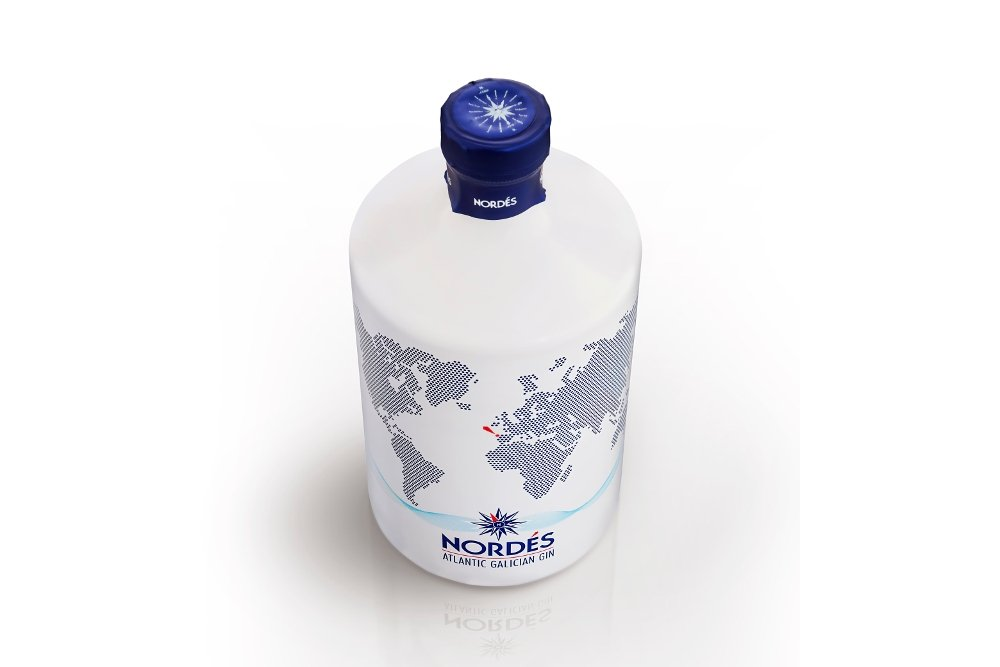 Vista cenital de una botella de la ginebra Nordés