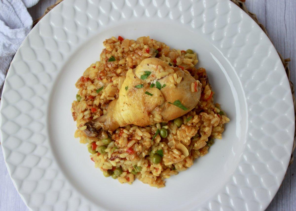 Vista cenital del emplatado final del arroz con pollo