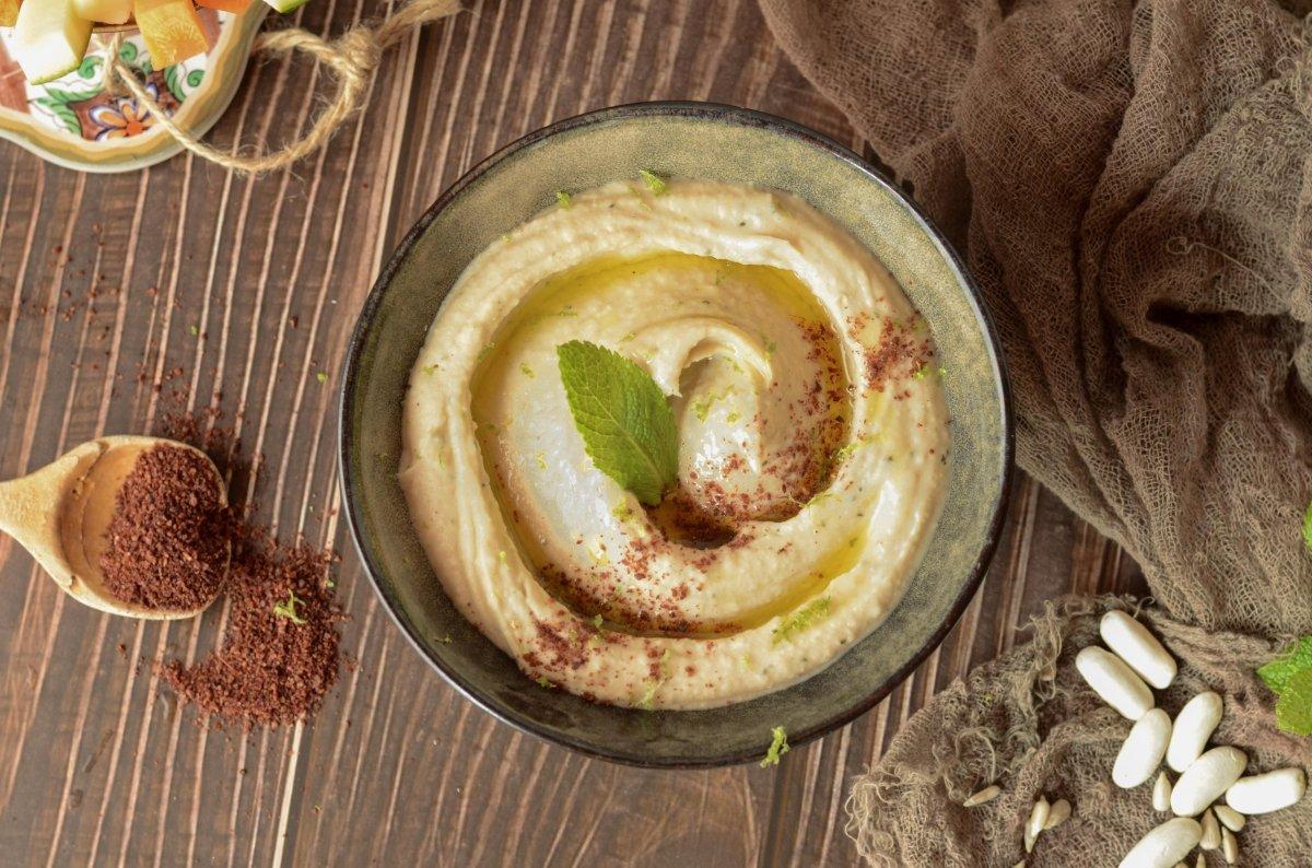 Vista cenital del humus de alubias blancas