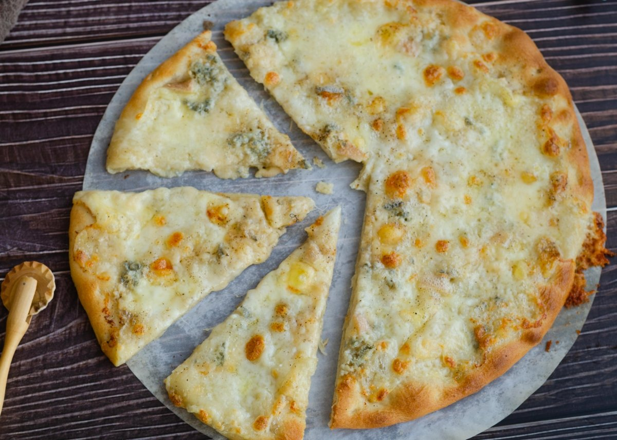 Vista cenital pizza cuatro quesos