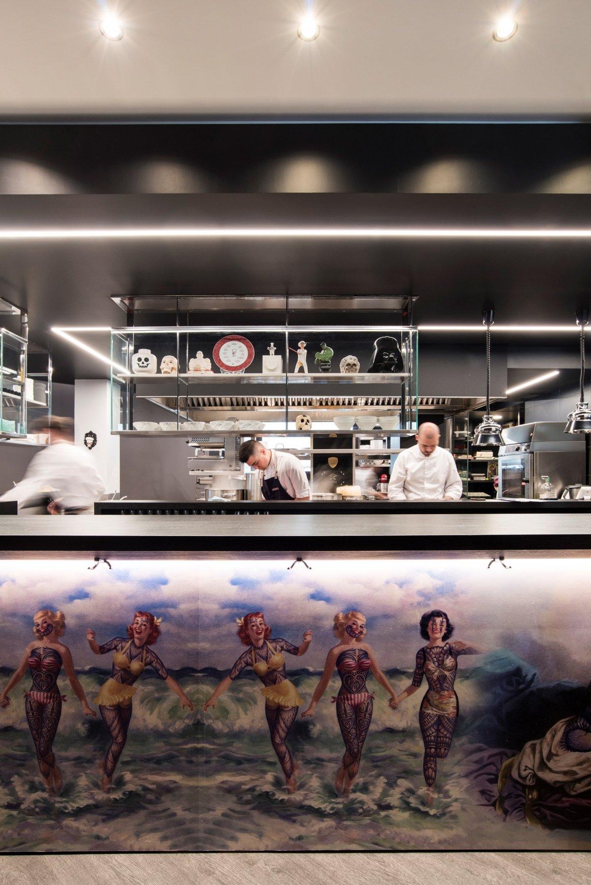 Vista de la cocina a la vista del restaurante Tatau Bistró